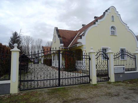 Szép új házak épülnek Sérfenyőszigeten, Dunasziget, 2018. január 04.-én