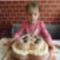 Az ünnepelt  a tortával