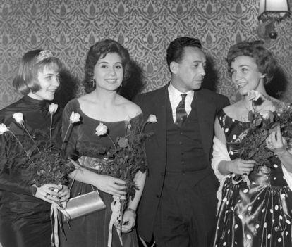 Törőcsik Mari Ruttkai Éva Máriássy Féliy Vass Éva - Az Álmatlan évek díszbemutatóján az Uránia filmszínházban 1959 Fotó Keleti Éva