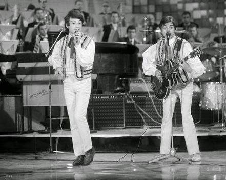 Fenyő Miklós és Csomós Péter (ritmusgitáron) az 1968-as Táncdalfesztivál döntőjének főpróbáján az Erkel Színházban