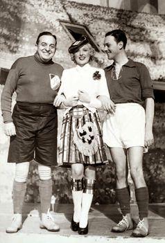 A képen látható, mint Oskar Dénes labdarúgó klub főnöke, Rosy Bársony Scottish menyasszony és Hans Holt, mint egy énekes sztár játékos az osztrák nemzeti csapat
