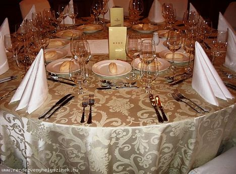 Kezdődik a vacsora az Országalma étteremben