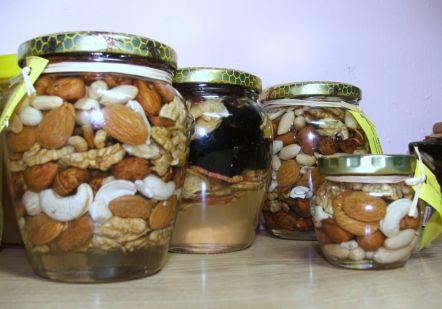 kis és nagy amfórák magos és aszalt gyümölcsös méz