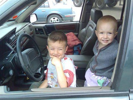 Zsoca és Bencus a jeep-ben