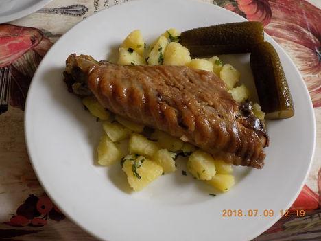 Pulyka szárnyközép petrezsejmes burgonyával és kovászos uborka.