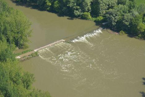 Cikolaszigeti Kőhídi vízszintszabályozó műtárgy árvízi helyzetben, Dunasziget 2017 május 10.-én