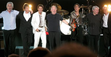 Cliff_Richard_and_The_Shadows_encore_line-up_Wembley_Arena_23OCT2009_cropped