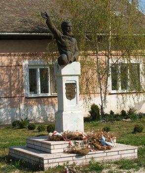 Kossuth Lajos szobra  azon a helyen áll, ahol 1848. okt. 2. -án beszédet mondott.