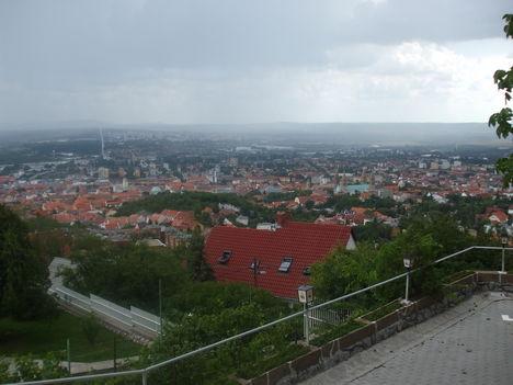 Pécs látkép esőben