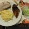 sült sertés hús tört burgonya és uborkasaláta.