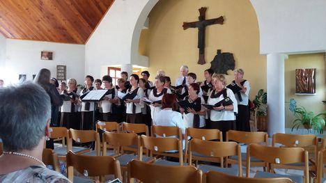 Templom szentelés 25. évfordulóján a Püski-Dunaremete-Kisbodak énekkar az ünnepre hangol.