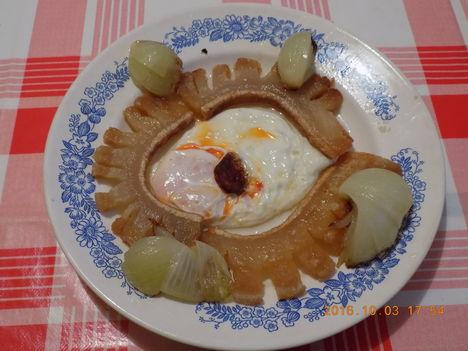Sült szalonna,tükör tojás, disztelt hagyma.