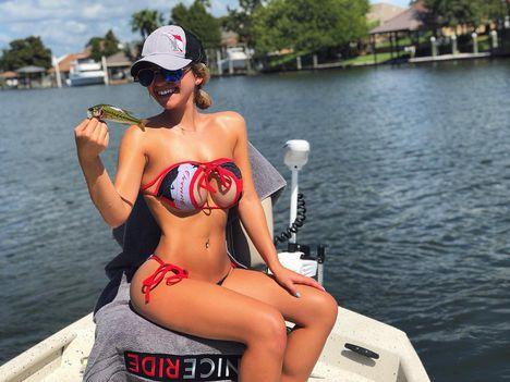 Bikinis baba csónakban