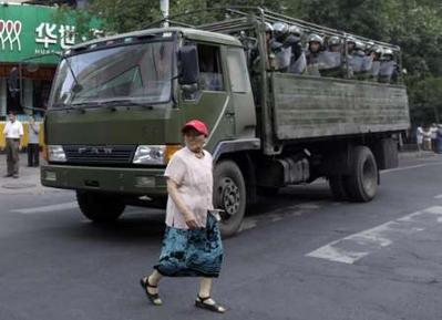 a kocsin várakoznak bevetésre a katonák