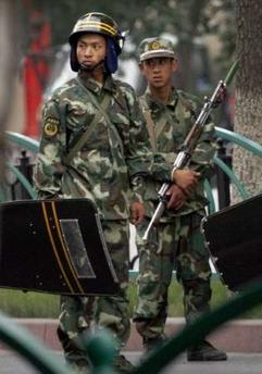 felfegyverzett katonák