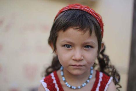 Kashgari kék szemű kislány