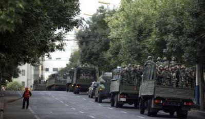 katonai konvoj az újgúrokhoz