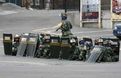 katonai torlasz a főutcán
