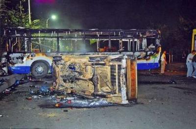 kiégett busz és kocsi