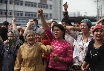 ujgur asszonyok védik házaikat