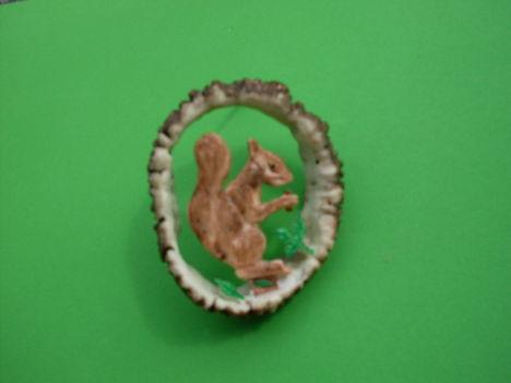 mókús és a Mogyoró,csontfaragás,festve