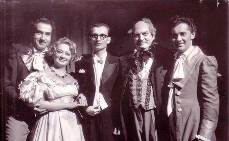 Melis György, Gyurkovics Mária, Tóth Péter, Maleczky Oszkár és Kövecses Béla a Don Pasquale c. opera előadásán a függöny előtt megköszönik a tapsokat.