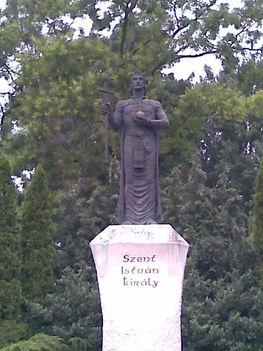 Szobor-zöld háttérrel