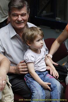 vidám nagypapa megszeppent unoka