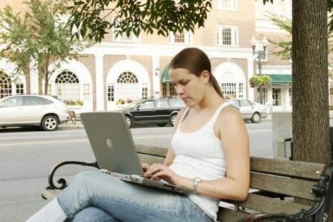 Álláskeresés laptoppal a téren