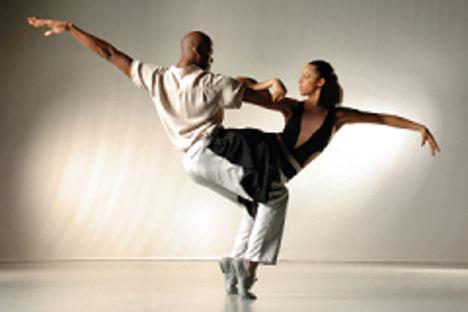 színpadi mozgás, moderntánc, jazz-tánc, show-tánc, musical tánc, amerikai step tánc, stretching tréningek, koreográfiák, színészmesterség, beszédtechnika, hangképzés, korrepetíció, tábor  3