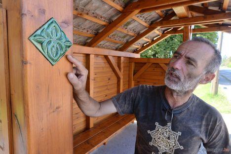 Máté Gábor, Pusztaszer polgármestere maga készítette a fából épített, bontott hódfarkú cseréppel fedett buszmegállók terveit is (delmagyar.hu, fotó Kuklis István)