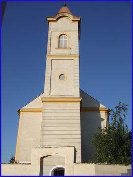 Templom a temető felől