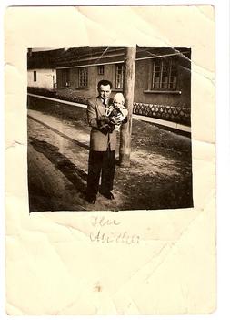 Bacsó Miklós és Ilona az Egészségház előtt, 1954. /Kép: Bacsó Miklósné/