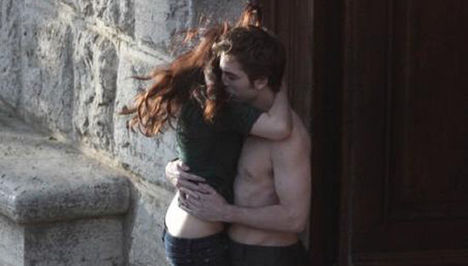 The_Twilight_Saga _New_Moon_kiss_italy-thumb-550x313-18545