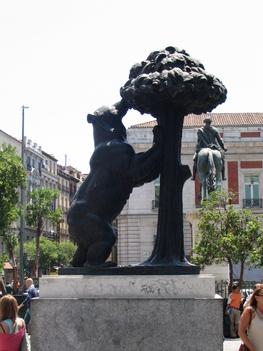 Madrid jelképe az eperfára mászó medve