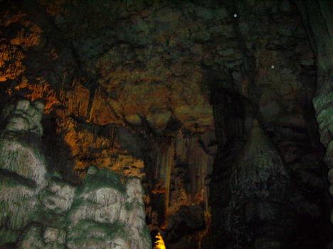 Cseppkőbarlang a szikla belsejében