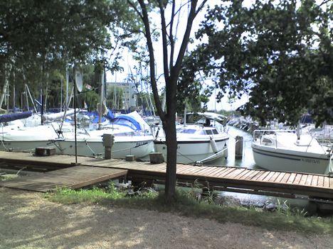 A tihanyi yacht klub kikötője.