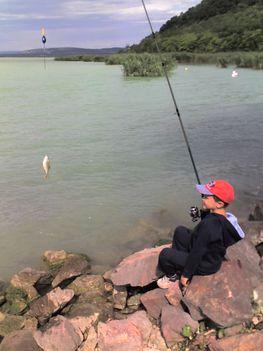 ...annyira boldog volt, hogy halat fogott.