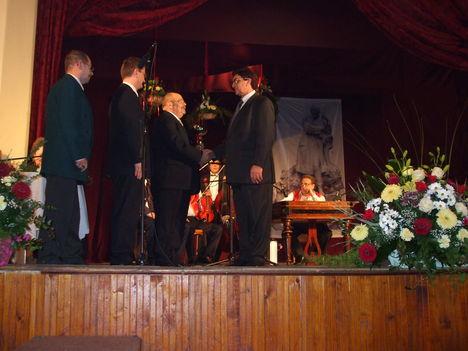 Dr Nagy Ferenc átadja a kitüntetést Tűri Antal-nak a pályafutása 40 éves jubiléuma alkalmából.