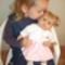 Kislány szőke babájával