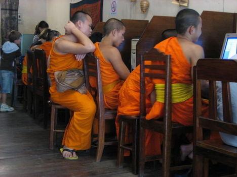 laoszi szerzetesek interneteznek