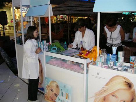 kozmetikai bemutató stand Duna Plázában