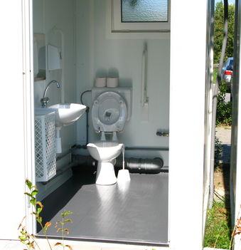 Jó példaként: nyilvános wc a tóparton, a játszótéren