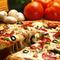 Pizza gombával, olivabogyóval, szalámival és paprikával
