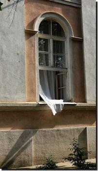 Függöny az ablakban