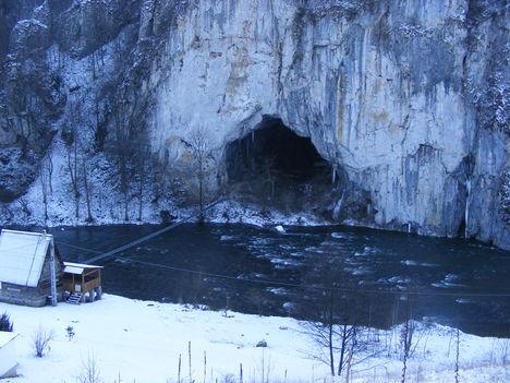a Nagy Magyar-barlang bejárata, balról a Zenovai menedékház