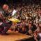 Attis, saját és Göme tortáját mutatja a közönségnek