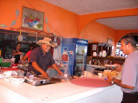 egy mexikói étterem színes belső tere