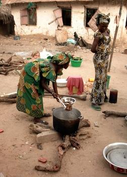 főzés egy szenegáli faluban