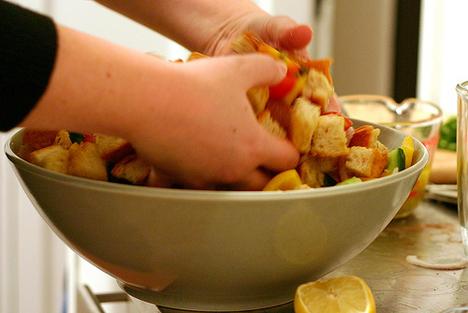 készül a panzanella saláta